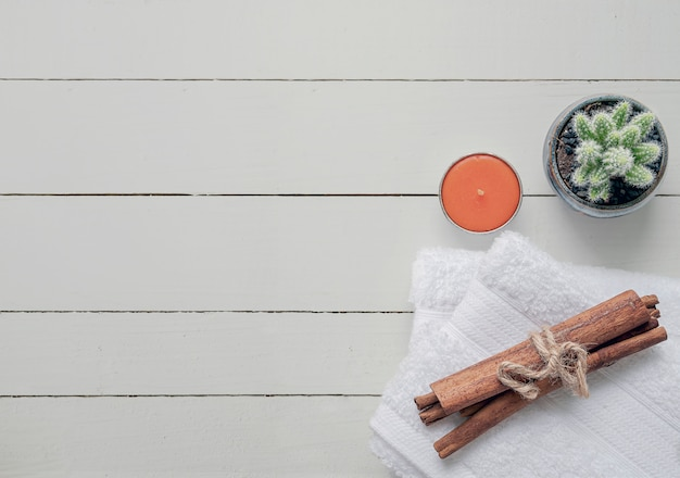 Asciugamani puliti di vista superiore su fondo di legno bianco.