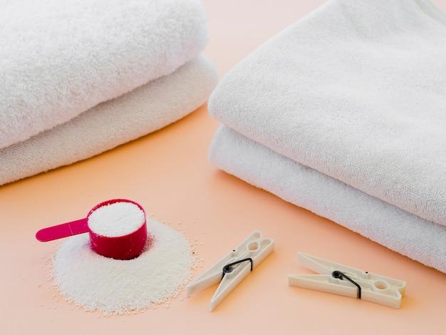 Asciugamani puliti piegati bianco del primo piano con la molletta per il bucato