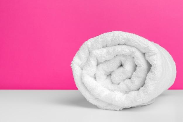 Asciugamani puliti su sfondo colorato