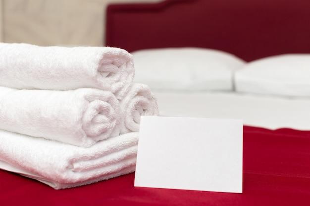 Asciugamani puliti sul letto nella camera d'albergo