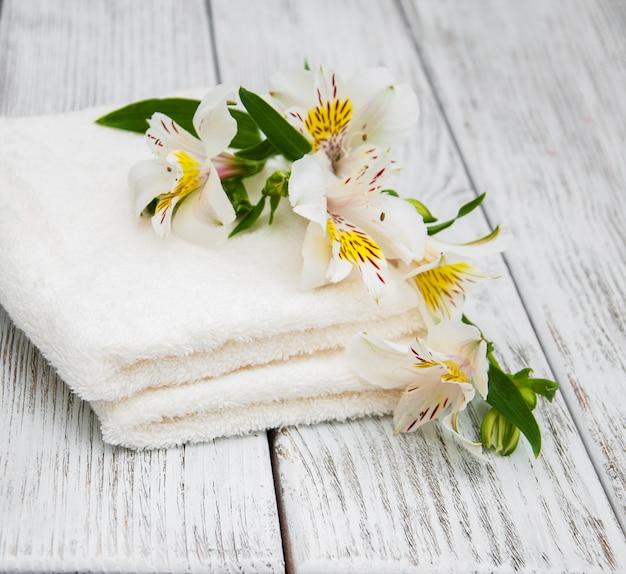 Asciugamani spa e fiori di alstroemeria