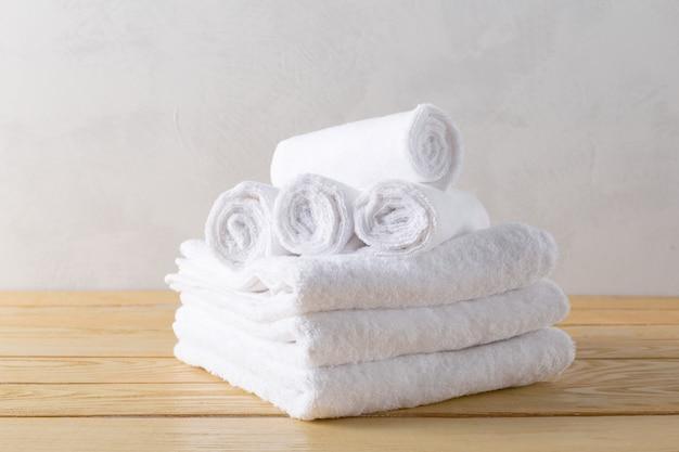Asciugamani spa su superficie di legno