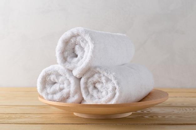 Asciugamani spa sulla superficie in legno