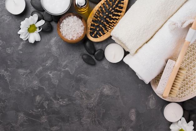 Asciugamani spa vista dall'alto e spazzola con spazio di copia
