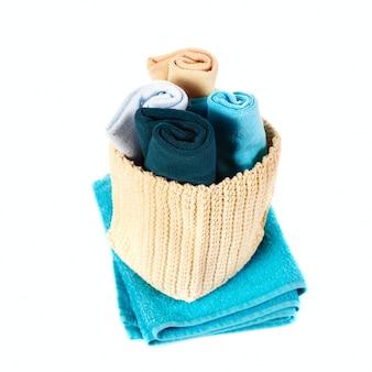 Asciugamani variopinti in un cestino isolato