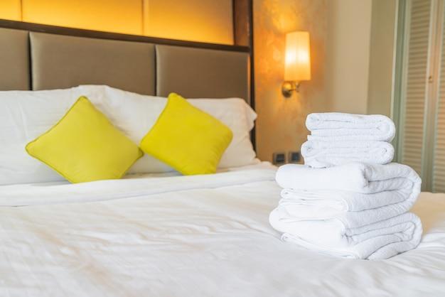 Asciugamano bianco piega sul letto