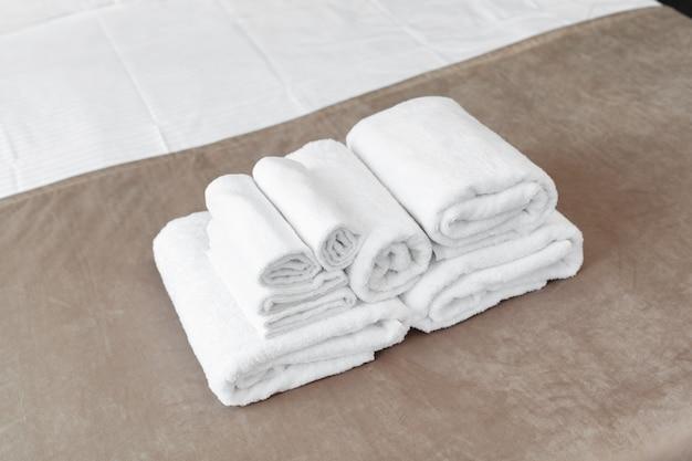 Asciugamano bianco sul letto nella camera degli ospiti per il cliente dell'hotel