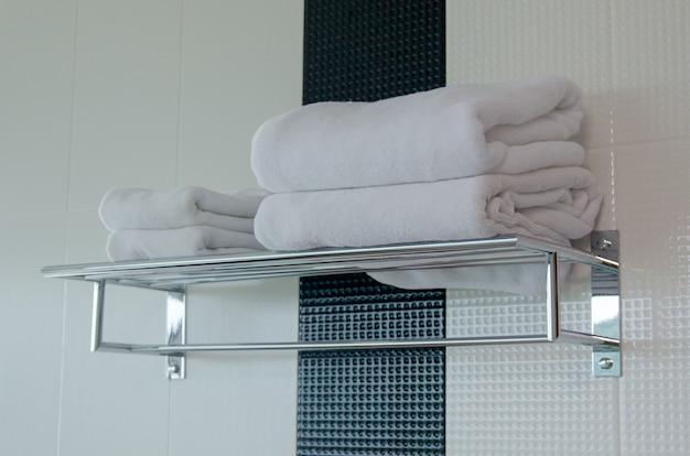 Asciugamano bianco sullo scaffale