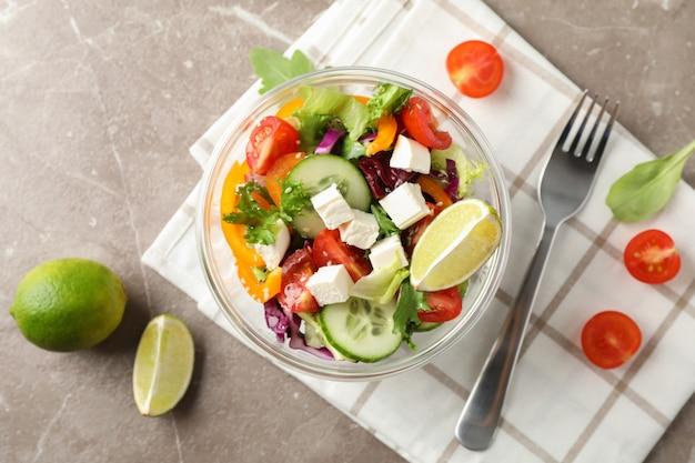 Asciugamano dell'insalata, della forcella e di cucina su gray