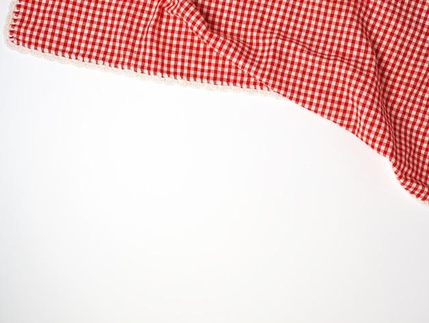 Asciugamano di cucina a quadretti rosso bianco su un fondo bianco