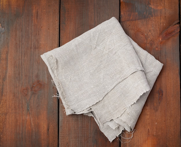Asciugamano di lino grigio su assi di legno