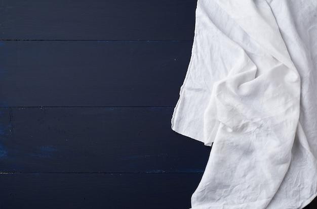 Asciugamano di tela bianco su legno blu