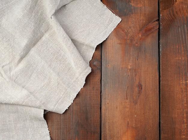 Asciugamano di tela grigio sulla tavola di legno