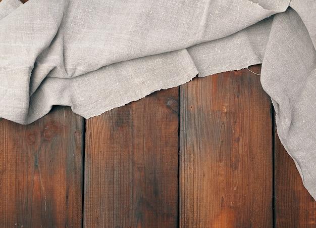Asciugamano di tela grigio sulla vista di legno e superiore