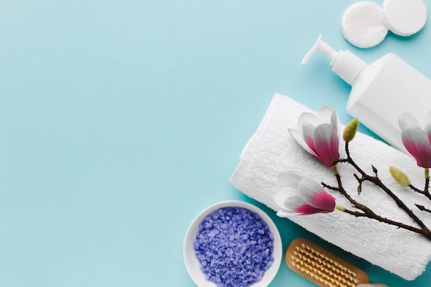 Asciugamano e sale da bagno copia spazio