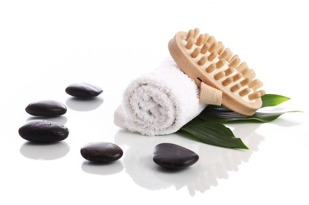 Asciugamano e spazzola con pietre zen