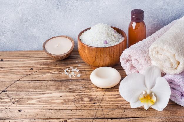Asciugamano in spugna e olio cosmetico per massaggio.