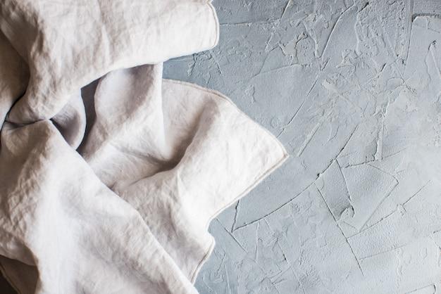 Asciugamano o tovagliolo da cucina sopra la superficie di calcestruzzo rustica