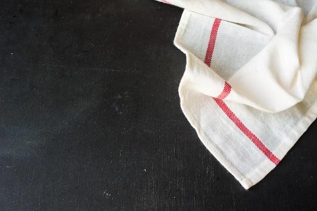 Asciugamano o tovagliolo di cucina su fondo nero