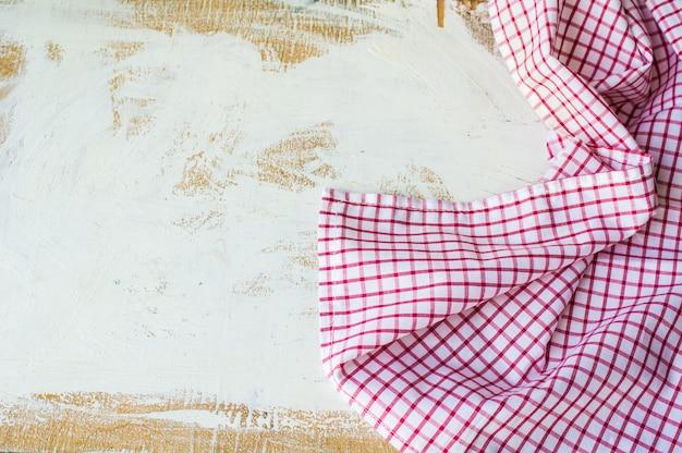 Asciugamano o tovagliolo di cucina sul fondo di lerciume