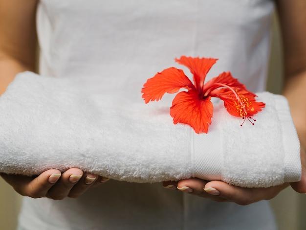 Asciugamano per vista frontale tenuto in mano