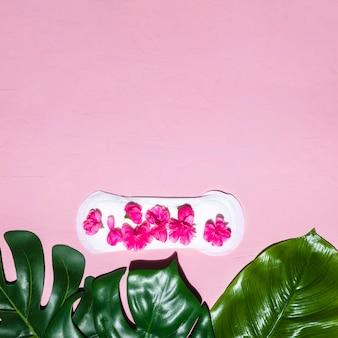Asciugamano sanitario a vista dall'alto con petali