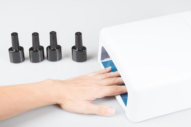 Asciugatura delle unghie mano femminile