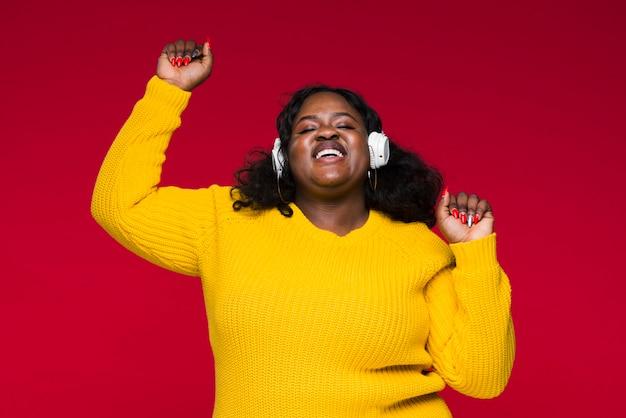 Ascoltare musica donna e divertirsi