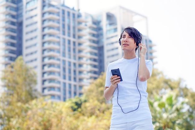Ascolto musica gay con il suo smartphone