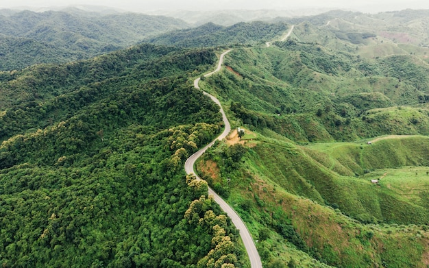 Asfalto curvo autostrada sulla montagna
