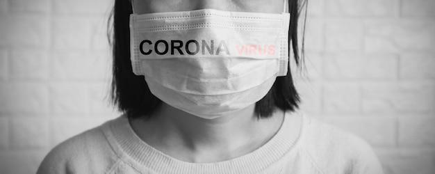 Asia cina o thai donna che indossa una maschera per proteggere il virus della corona