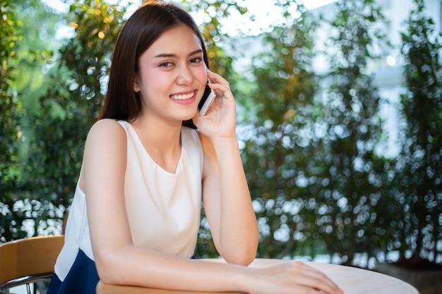 Asia gli uomini d'affari e le donne usano il cellulare