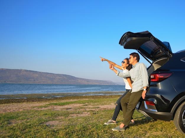 Asiatiche felici delle giovani coppie fuori durante un viaggio.
