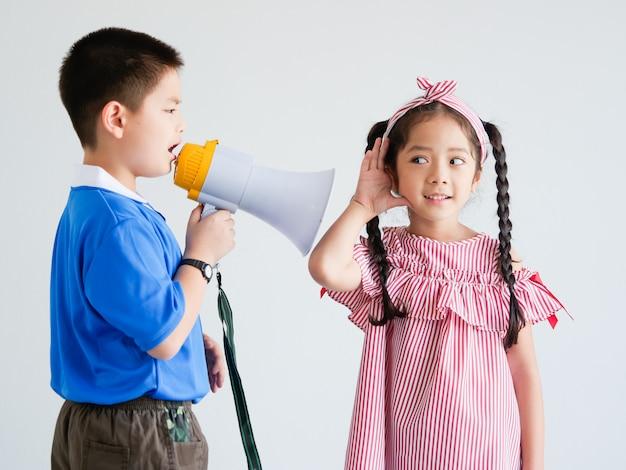 Asiatico ragazzo carino e ragazza con il canto del megafono
