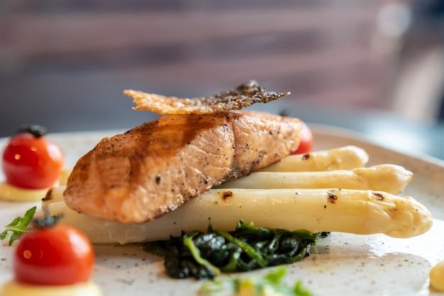 Asparagi bianchi di salmone alla griglia