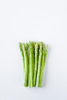 Asparagi freschi crudi. copyspace