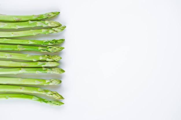 Asparagi freschi crudi, sfondo con copyspace