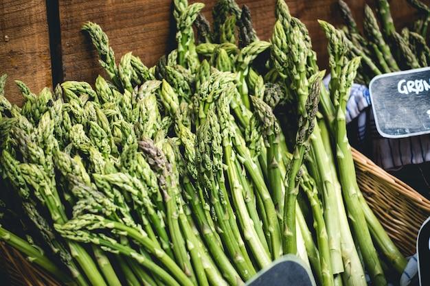 Asparagi freschi su un mercato