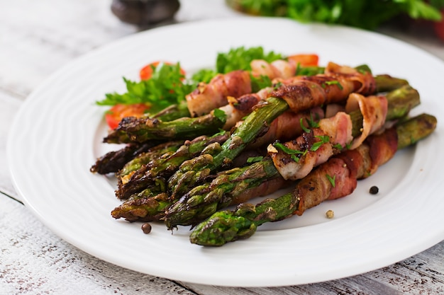 Asparagi viola grigliati avvolti con pancetta