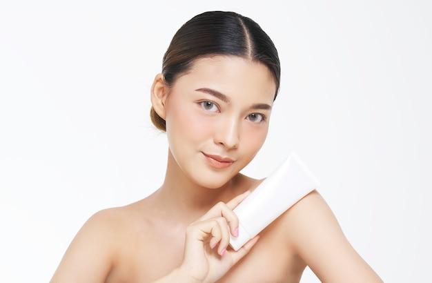 Aspetto naturale, donna asiatica, trattamento viso, cosmetologia, trattamento di bellezza con mockup di prodotto.
