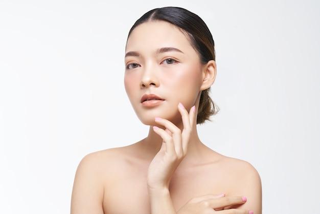 Aspetto naturale, donna asiatica, trattamento viso, cosmetologia, trattamento di bellezza.