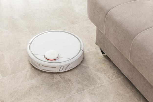 Aspirapolvere robot che pulisce la stanza