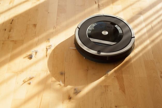 Aspirapolvere robot su polvere di tecnologia di pulizia intelligente del pavimento in legno laminato