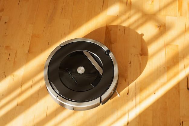 Aspirapolvere robotico su tecnologia di pulizia intelligente del pavimento in legno laminato