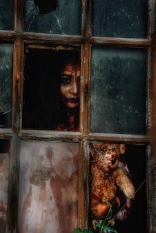 Assassino asiatico del vestito da usura di giovane donna per halloween