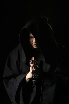 Assassino in abiti scuri.