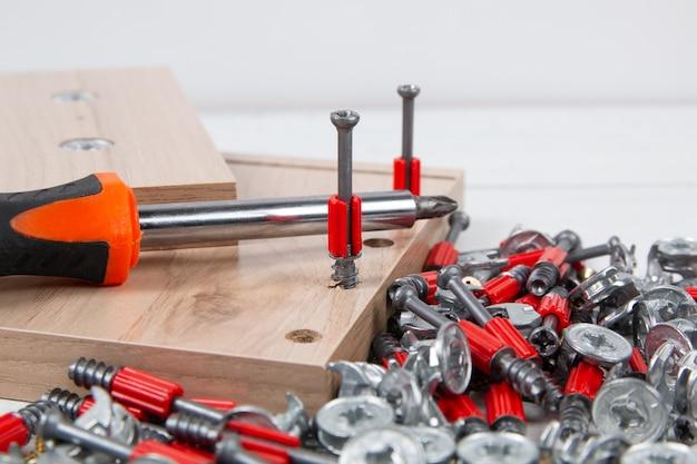 Assemblaggio di mobili. accessori per mobili, elementi di fissaggio e tavola di legno