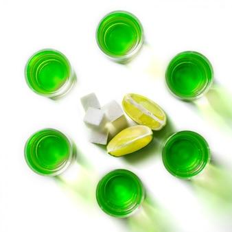 Assenzio liquore verde in bicchieri. bevanda alcolica allucinogena.
