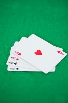 Assi di carte da gioco su tappetini