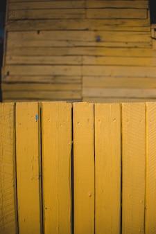 Assi di legno verniciati gialli